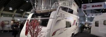 Kamperen 2.0 met deze caravan met twee verdiepingen en een dakterras!